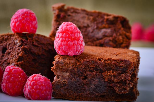 Čokoladni kolač s malinama